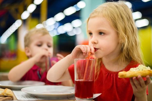 Blondynka popijając sok