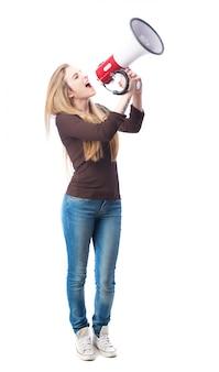 Blondynka przy użyciu megafon
