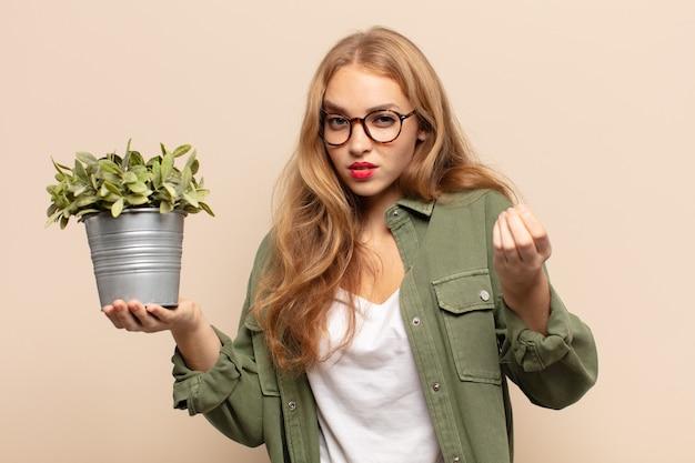 Blondynka robi gest kaprysu lub pieniędzy i każe spłacić swoje długi!