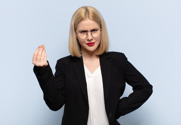 Blondynka robi gest kaprysu lub pieniędzy, każąc ci spłacić swoje długi!