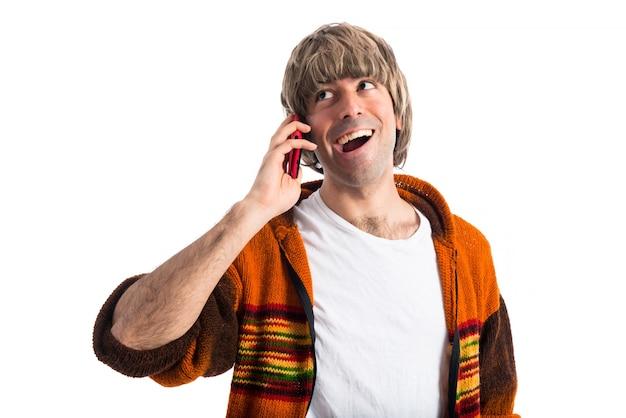 Blondynka rozmawia z telefonem komórkowym