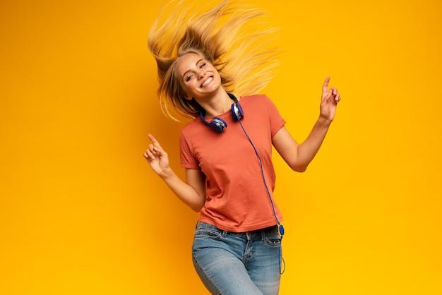 Blondynka słucha muzyki z zestawem słuchawkowym