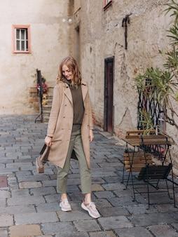 Blondynka szczęśliwa kobieta spaceru na ulicy starego miasta
