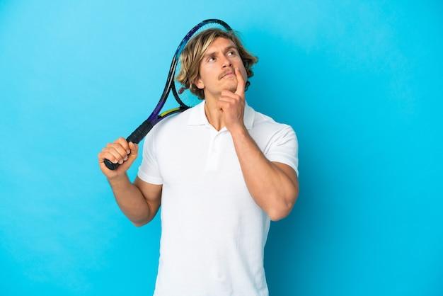 Blondynka tenisista mężczyzna na białym tle