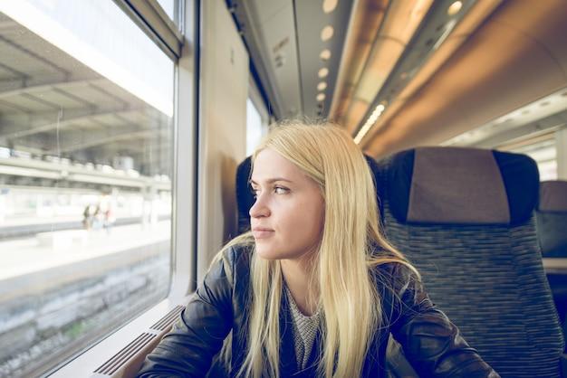 Blondynka turystycznych w pociągu