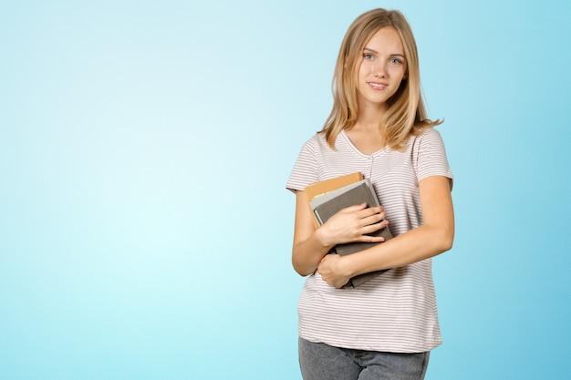 Blondynka uczeń z stertą książki