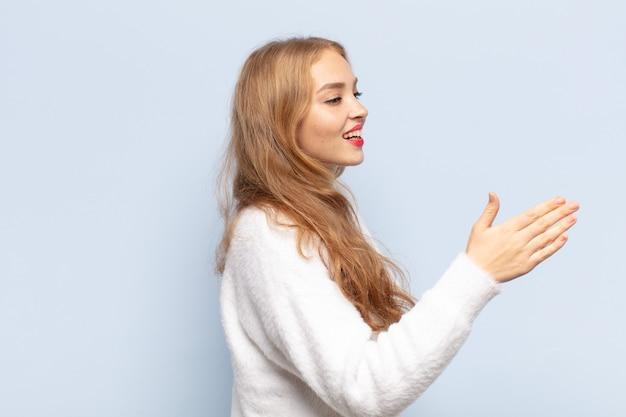 Blondynka uśmiecha się, wita i oferuje uścisk dłoni, aby zamknąć udaną transakcję, koncepcja współpracy
