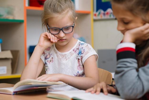 Blondynka w czytaniu okularów