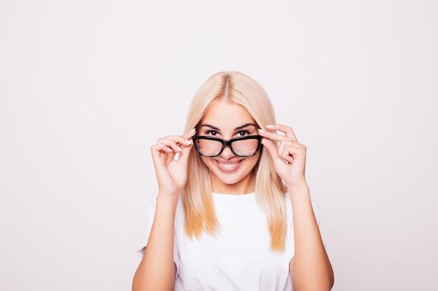 Blondynka w okularach na białym tle