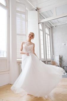 Blondynka w pięknej białej sukni ślubnej