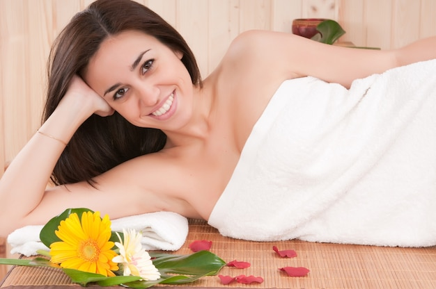 Blondynka w saunie lub spa z zabiegami na skórę