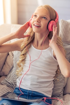 Blondynka w słuchawkach słucha muzyki.
