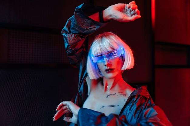 Blondynka w stylu cyberpunk. futurystyczne okulary na kobietę.