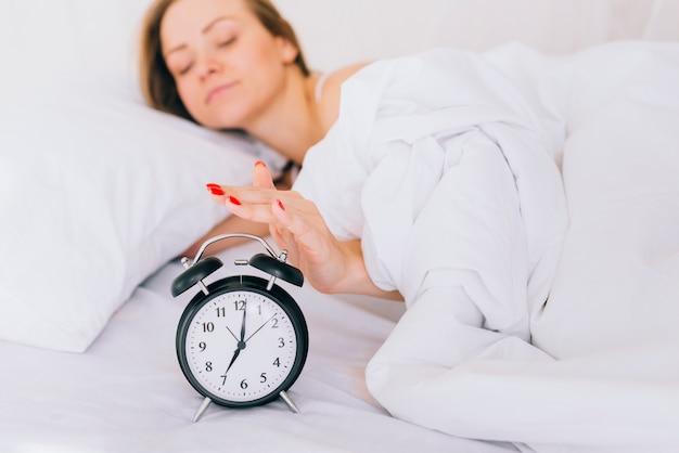 Blondynka włącza alarm zegara