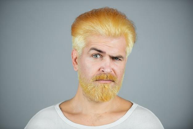 Blondynka z długą brodą i wąsami.