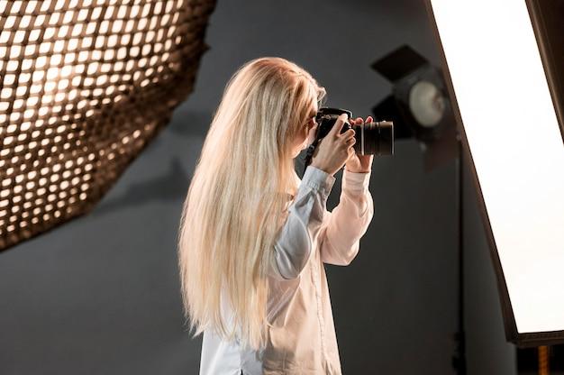 Blondynka z kamery fotografii sztuki pojęciem