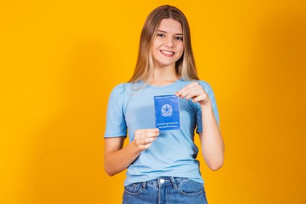 Blondynka z kartą pracy i ubezpieczeniem społecznym (karta pracy i ubezpieczenie społeczne)