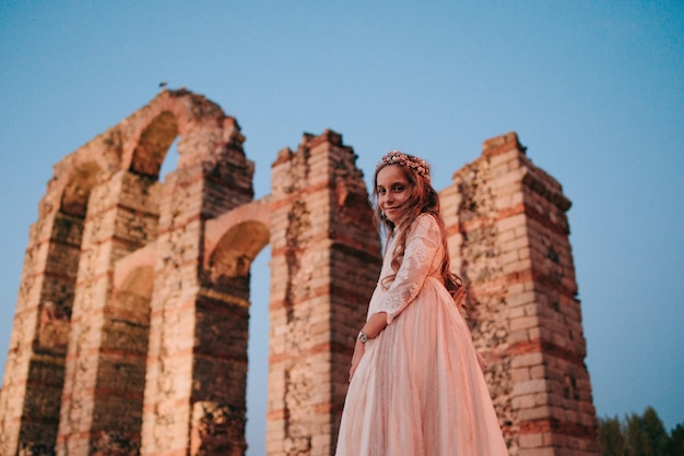 Blondynka z kręconymi włosami ubrana w sukienkę komunijną w merida