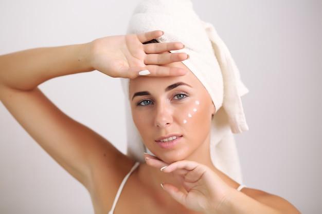 Blondynka z naturalną skórą dotykającą twarzy