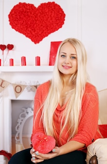 Blondynka z pudełkiem w kształcie serca