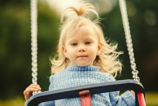 Blondynka z włosami na huśtawce