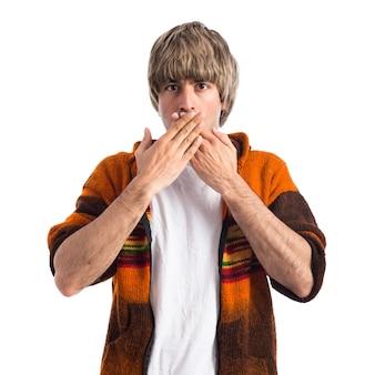 Blondynka zakrywający usta