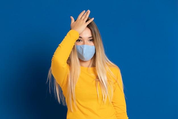 Blondynki kobieta jest ubranym twarzy maskę