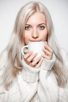 Blondynki kobieta pije nakrętkę herbata