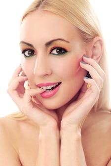 Blondynki kobieta pokazuje jej ślicznego barwionego spojrzenie