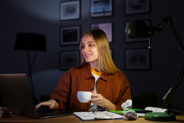 Blondynki kobieta pracuje od domu