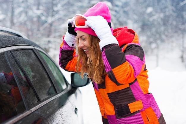 Blondynki kobieta ubrana w zimowe ubrania