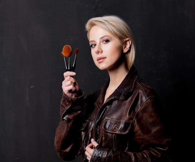 Blondynki kobieta w grunge kurtce z muśnięciami