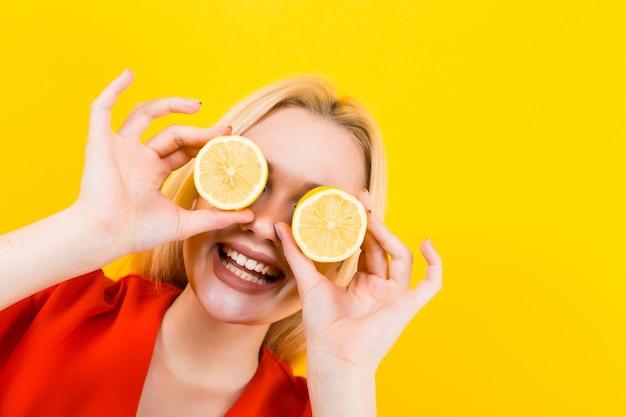 Blondynki kobieta w sukni z cytrynami