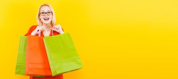 Blondynki kobieta w sukni z torby tłem