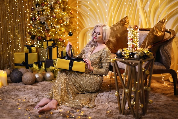 Blondynki kobieta w złotym boże narodzenie secie