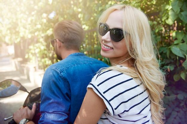 Blondynki kobieta z chłopakiem, jazda na hulajnodze