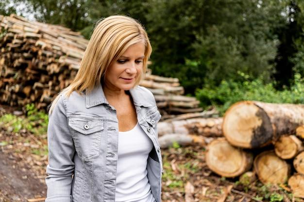 Blondynki kobieta z drewnianymi belami