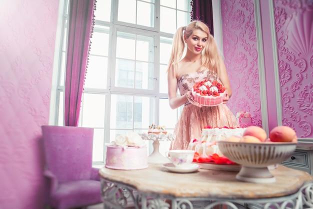 Blondynki lali dziewczyna w zabawkarskim domu