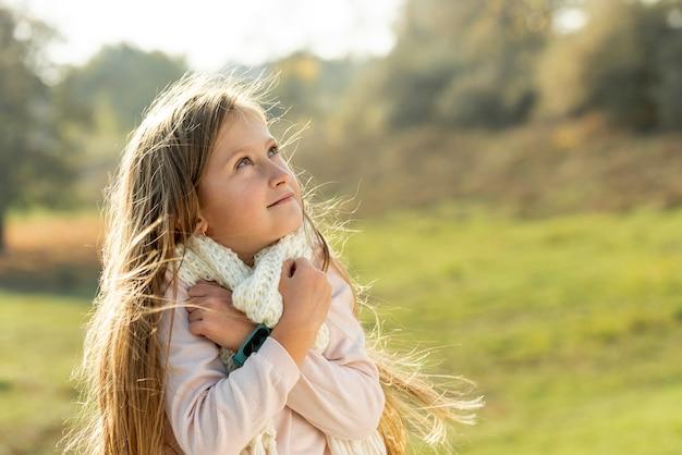 Blondynki mała dziewczynka patrzeje daleko od