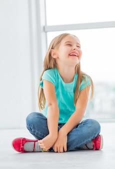 Blondynki mała dziewczynka w lekkim pokoju
