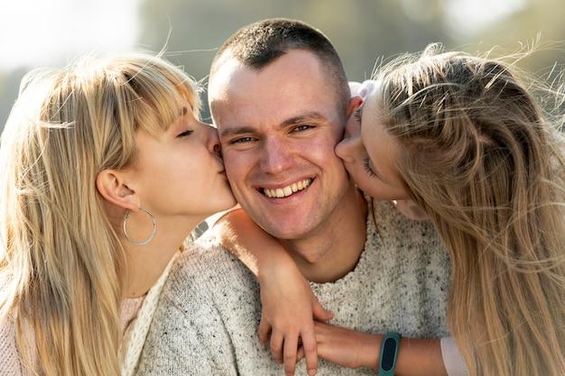 Blondynki matka i urocza córka całuje jej ojca