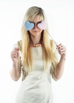 Blondynki młoda dziewczyna zakrywa jej oczy z kształtami serca