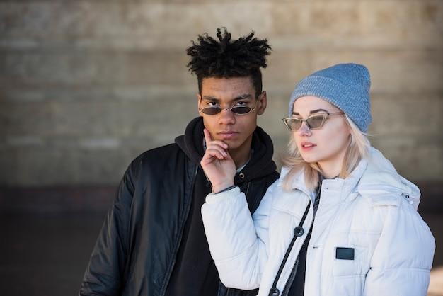 Blondynki młoda kobieta dotyka jego chłopaka podbródek