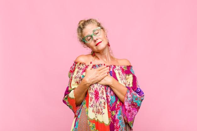 Blondynki w średnim wieku czująca się romantycznie, szczęśliwa i zakochana