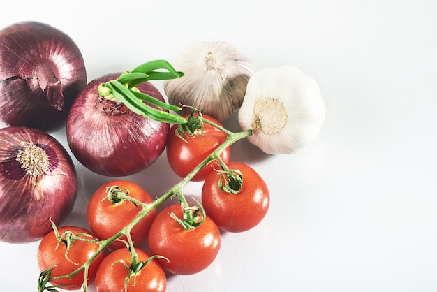 Blue cebula czosnek i pomidor na białym tle.