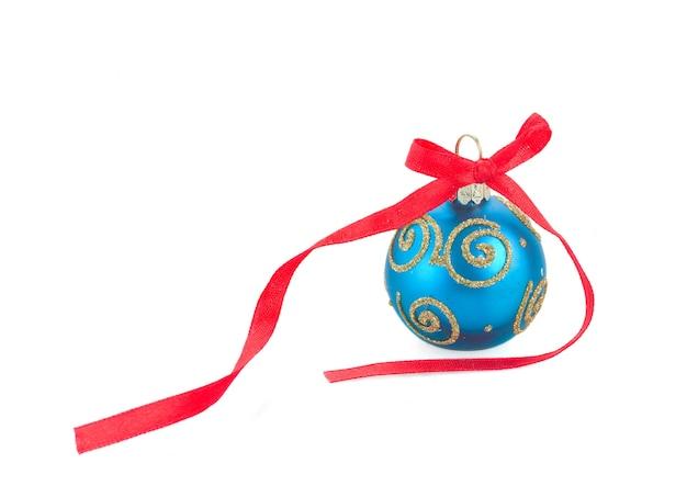 Blue christmas ball z czerwoną kokardą na białym tle