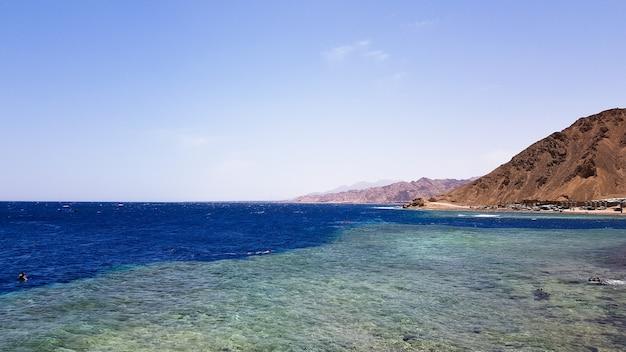 Blue hole to popularne miejsce nurkowe na wschodnim synaju. słoneczny kurort nad morzem czerwonym w dahab. znana miejscowość turystyczna w pobliżu sharm el sheikh. jasne słońce.