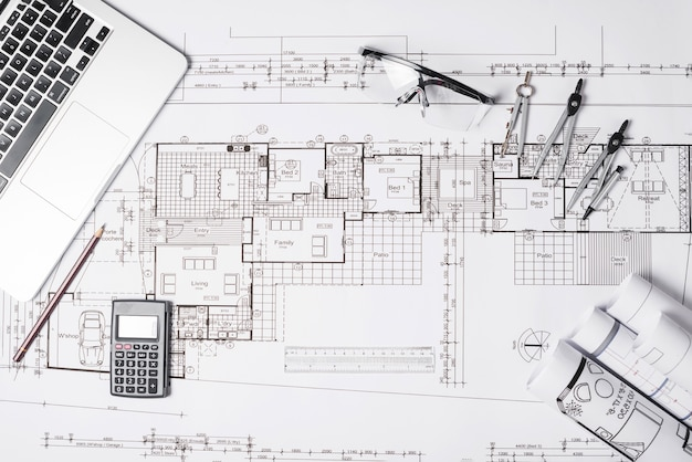 Blueprint i laptop z dostawami
