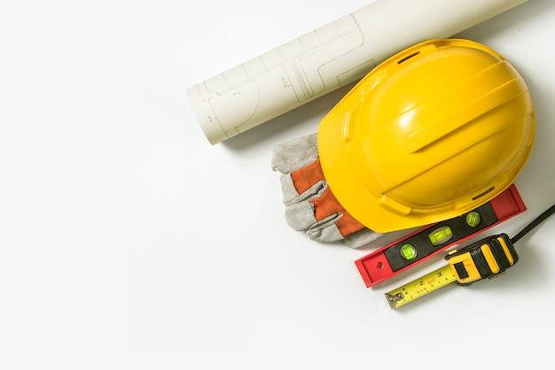Blueprint żółty kask ochronny do budowy i narzędzi na białym tle.