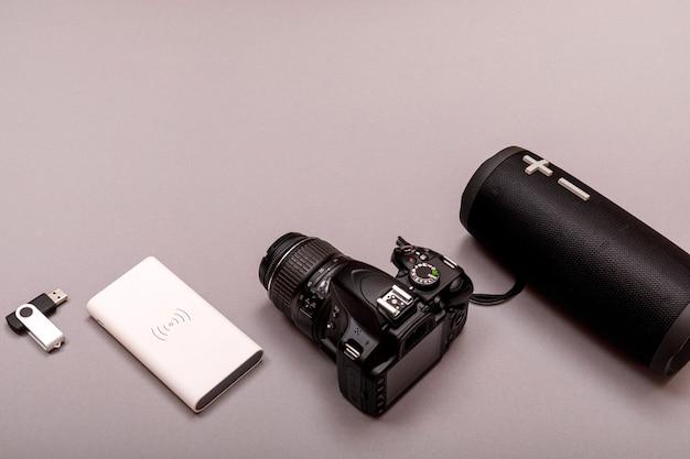 Bluetooth głośnik i powerbank z dslr kamery zbliżeniem. koncepcja muzyki online.